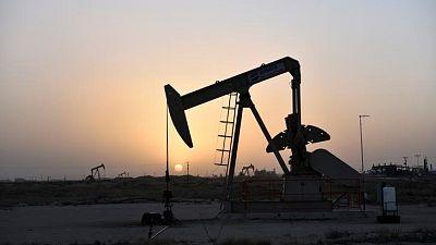 النفط يهبط 3% بفعل بيانات اقتصادية عالمية ضعيفة وزيادة في المخزونات الأمريكية
