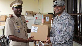 Le Département de la Défense Américain offre du matériel de prévention du VIH / SIDA à l'Armée Malienne