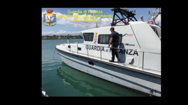 Barca in avaria, soccorsa da Gdf