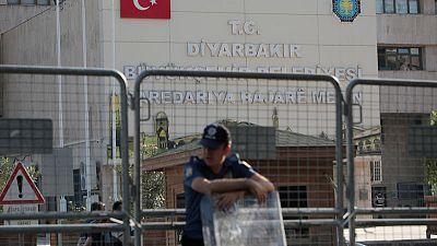 تركيا تقيل ثلاثة رؤساء بلديات للاشتباه بصلتهم بمسلحين وتبدأ عملية أمنية
