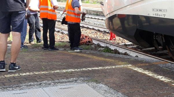 Locomotori guasti, picchiato capotreno