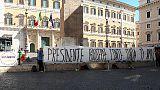 Striscione pro Conte a Montecitorio