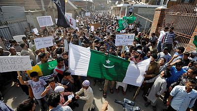المحتجون في كشمير يتحدون قيود الهند ويشتبكون مع قوات الأمن