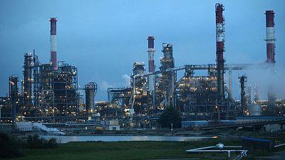 الحرب التجارية بين واشنطن وبكين تمتد إلى النفط وتدفع الأسعار للهبوط