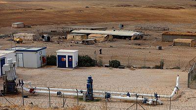 فلسطينيون محرومون من مياه تتدفق من أراضيهم