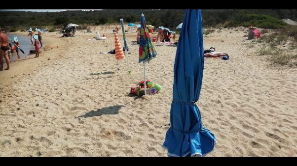 Sequestrati ombrelloni legati a ginepri