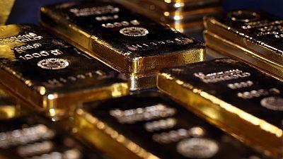 الذهب يقفز 1% بفعل مخاوف الركود والفضة تخترق حاجز 18 دولارا