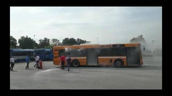Bus della CTP prende fuoco in deposito