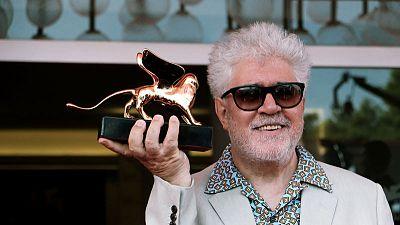 البندقية السينمائي يمنح ألمودوبار جائزة الأسد الذهبي عن مجمل أعماله