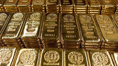 الذهب يرتفع قليلا ويستهدف أفضل شهر في 3 سنوات