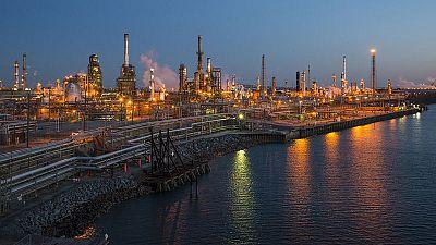 أسعار النفط تهبط لكن بصدد أكبر مكسب أسبوعي بفعل آمال التجارة