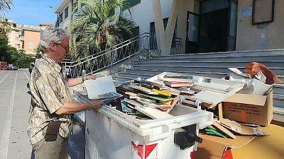 Scuola butta centinaia libri nei rifiuti