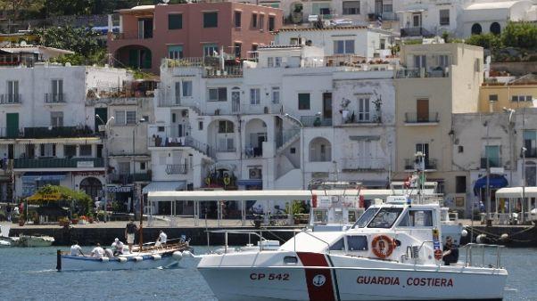 Capri,aliscafo urta lievemente traghetto