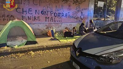 Famiglia accampata in strada,Ps li aiuta