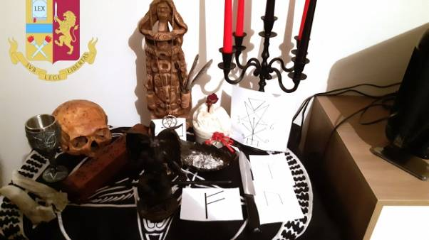 Teschio in 'altare' a casa, tre denunce