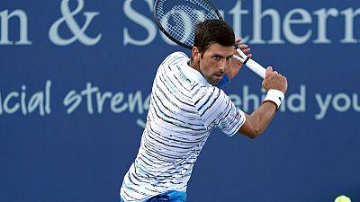 Djokovic shrugs off shoulder issue to reach last 16