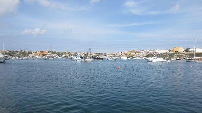 Barca turisti affonda a Lampedusa, salvi