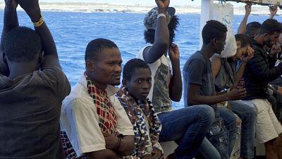Migranti in Calabria,aggrappati a scogli