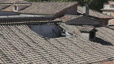Cade dal tetto, morto operaio