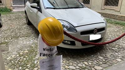 Cadono coppi,in Procura Modena col casco