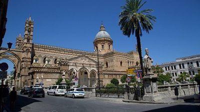 Uomo con pistola in cattedrale Palermo