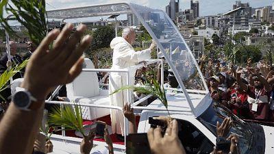 Papa: famiglia umana non escluda