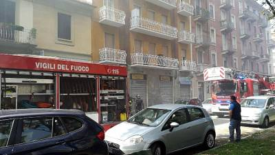 Fiamme in officina Torino, 2 in ospedale