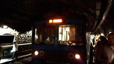 Guasto metro, utenti a piedi in galleria