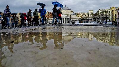 Voragini e allagamenti in strade Napoli
