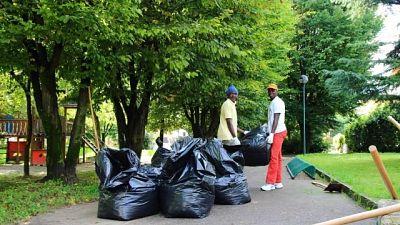 Migrante pulisce strada, multa 350 euro