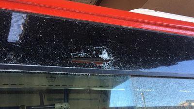 Raid contro bus, vetro sui passeggeri