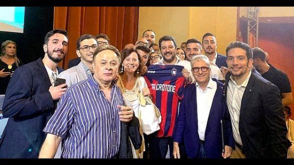 'Lega' su maglia Crotone, club protesta