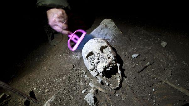 Affiorano altri due scheletri a Piramide