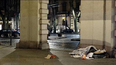 Clochard picchiato da giovani a Torino