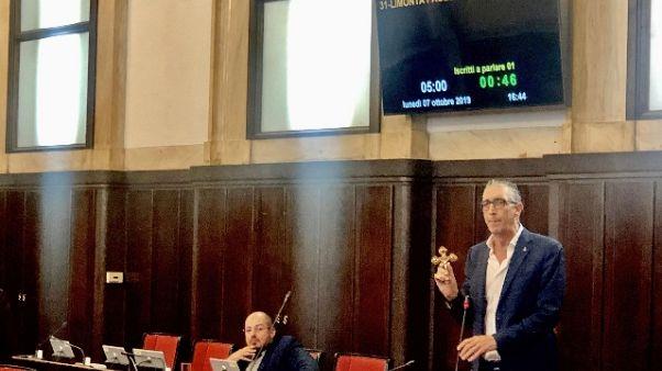 Lega appende crocifisso in aula a Milano