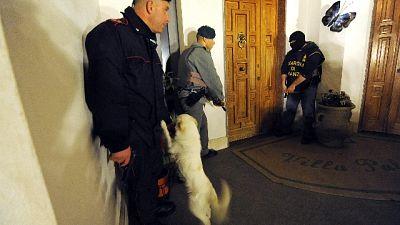 Arresto e 4 indagati per estorsioni