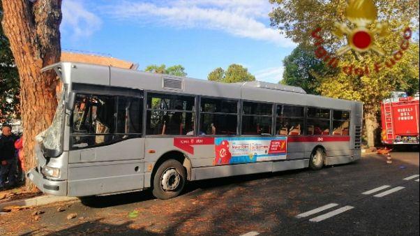 Roma,bus contro albero:29 feriti,9 gravi