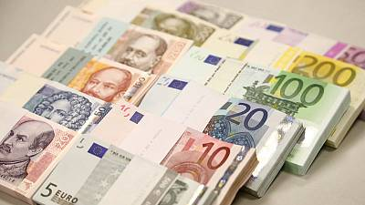 Brexit deal helps keep euro close to seven-week high