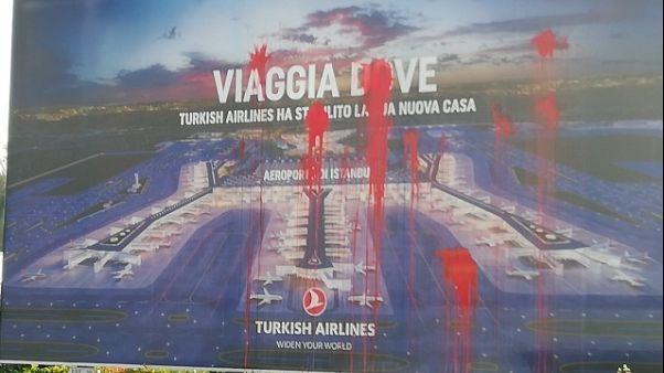 Pisa, imbrattati poster Turkish Airlines