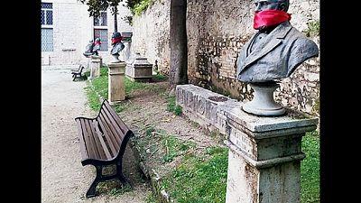 CasaPound imbavaglia statue nelle Marche