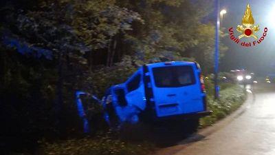 Scontro bus navetta-auto, 6 feriti lievi