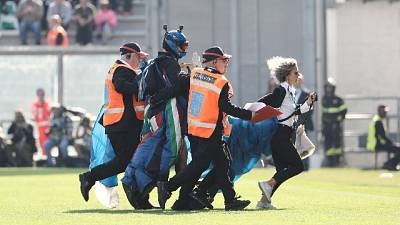Sassuolo-Inter, paracadutista in campo