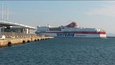 Forte vento,due navi si toccano in porto