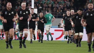Rugby, All Blacks ko, inglesi in finale