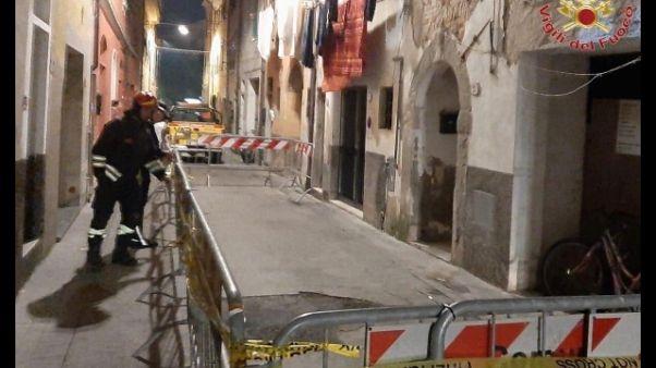Crolla tetto palazzina, evacuate 5 case