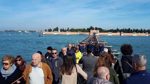 Venezia, ponte barche per il cimitero