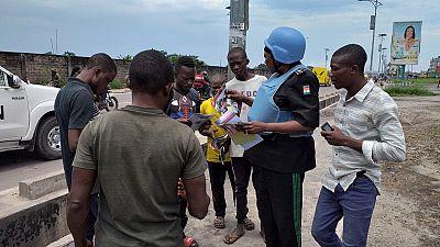 Une Équipe de Patrouille de la Police Onusienne Sensibilise des Jeunes sur le Mandat de la MONUSCO