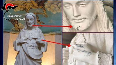 Colpi di sbarra contro statua di Cristo