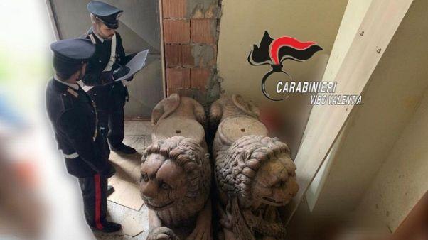 Nascondeva statue ed anfore, denunciato