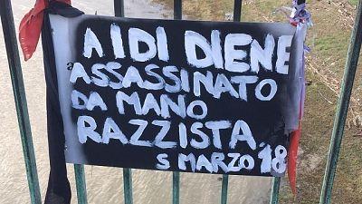 Ambulante ucciso, vandalizzata targa